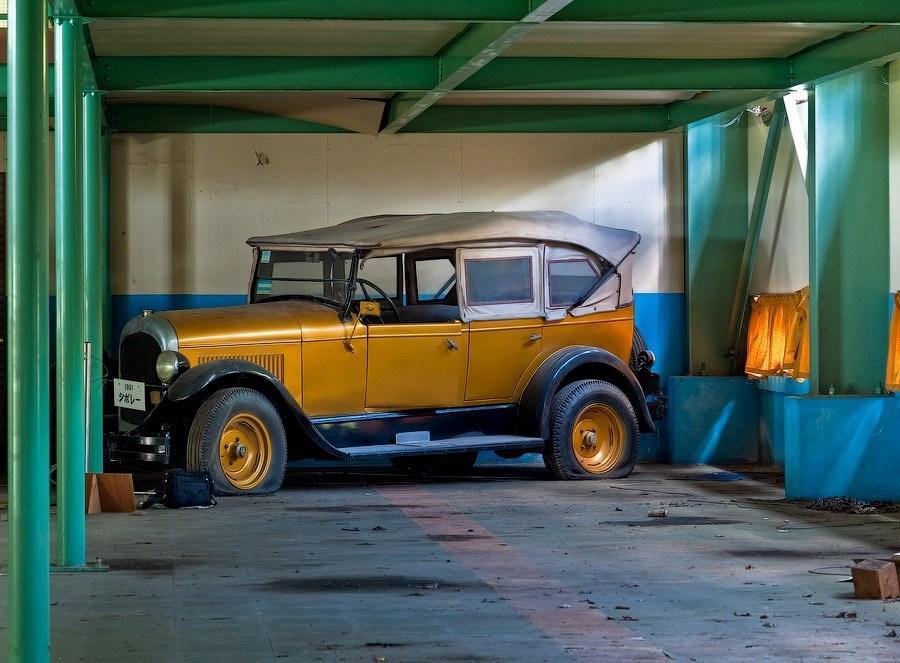Заброшенный музей с коллекционными раритетными автомобилями в Японии