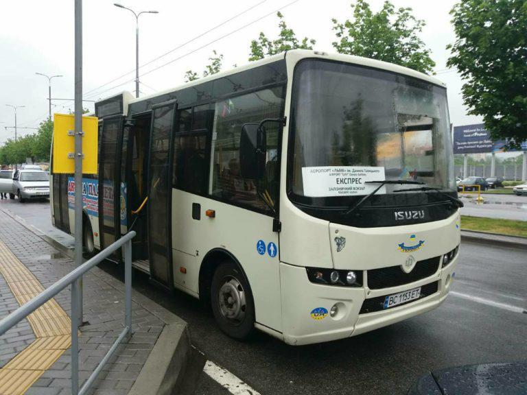 Во Львове на месяц продлили курсирование автобуса в аэропорт