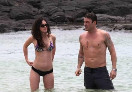 Меган Фокс отметила годовщину свадьбы на Гавайах, а Эштон Катчер сыграл в волейбол в Рио