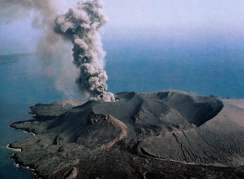 Ожидается извержение вулкана Кракатау в Индонезии