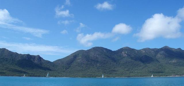Туристы застряли на необитаемом острове из-за порванного матраса