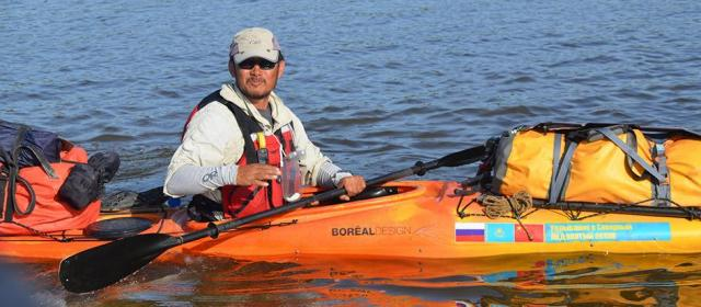 Китайский турист проплыл на байдарке Иртыш