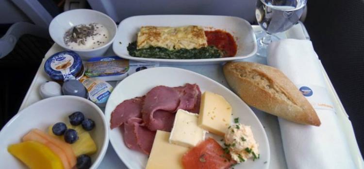 Десять авиакомпаний мира с лучшим меню на борту